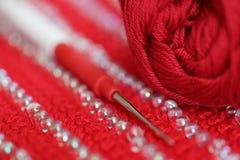 Crochet de crochet sur le knit de couleur rouge avec la décoration Photos libres de droits