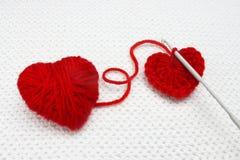 Crochet de crochet et un fond fait main de crochet rouge lumineux et coloré avec le coeur de crochet Photo de crochet, élément co Image libre de droits