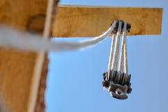 Crochet de grue avec le fond de ciel bleu images libres de droits