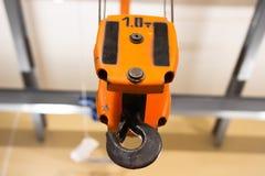 Crochet de grue fonctionnant à l'entrepôt photographie stock libre de droits