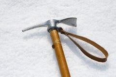 Crochet de hache ferme fixe dans un mur de glace photos libres de droits