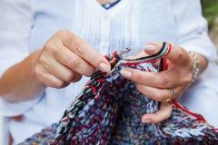Crochet de mains de femmes Image stock