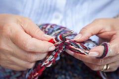 Crochet de mains de femmes Images stock