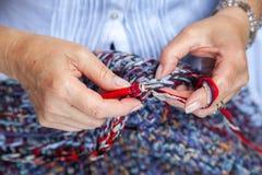Crochet de mains de femmes Photographie stock