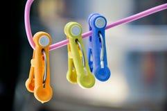 Crochet en plastique de blanchisserie de pinces à linge Photo libre de droits