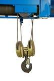Crochet industriel de grue accrochant avec la bride dans l'usine d'isolement dessus Images stock