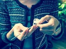 crochet Kobiety szydełkowa biała przędza na ciemnym tle Zakończenie Obraz Royalty Free