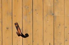 Crochet rouillé en métal sur le mur du fond de conseils Images libres de droits