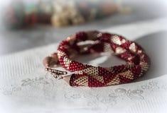 Crocheted goteó el collar del color rojo y de oro fotos de archivo