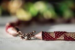 Crocheted goteó el collar del color rojo y de oro imagen de archivo libre de regalías