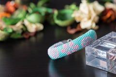 Crocheted goteó la pulsera con la impresión floral fotos de archivo
