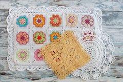 Crocheted snör åt napkinson arkivfoton