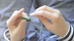 crocheting video d archivio