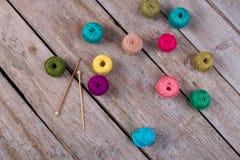 Crochets de crochet et bobines de fil Photographie stock libre de droits