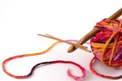 Crochets de crochet et boule de fil Photographie stock