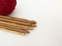 Crochets de crochet et boules en bambou de laine Photos libres de droits