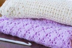 Crochets de crochet et tricotage sur une table Photographie stock
