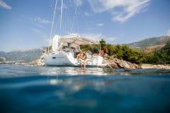 Crociera del lusso di navigazione di luna di miele dell'yacht delle coppie Immagini Stock Libere da Diritti