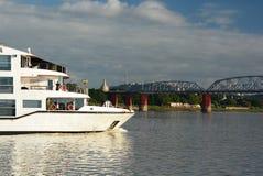 Crociera della barca sul fiume di Irrawaddy al vecchio ponte di Ava Sagaing myanmar immagini stock libere da diritti