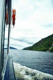Crociera della barca sul lago loch Ness Fotografia Stock