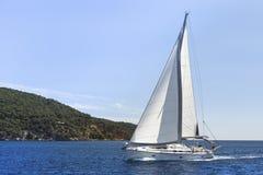 Crociera della barca a vela sul mar Mediterraneo navigazione Fotografia Stock