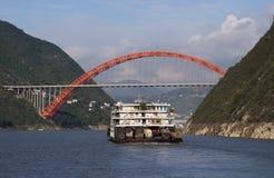 Crociera della Cina del fiume di Yangtze del ponticello e della chiatta Immagini Stock Libere da Diritti