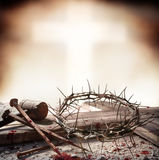 Crocifissione di Jesus Christ - incrocio con i chiodi sanguinosi e la corona del martello Fotografia Stock Libera da Diritti