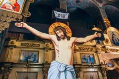 Crocifissione di Jesus Christ sui precedenti dell'altare nella chiesa o nella cattedrale Fotografia Stock Libera da Diritti