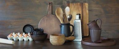 Crockery, clayware, ciemni naczynia i inny różny materiał na drewnianym tabletop, Kuchni wciąż życie jako tło dla projekta kopia obrazy royalty free