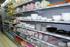 Crockery on shelves in market Royalty Free Stock Photos