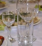 crockery Vidros de vidro, vidros de vinho, vidros, placas que estão em uma toalha de mesa branca e brilho claro refletindo foto de stock royalty free