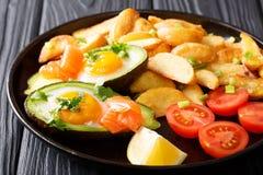 Crockpot鲕梨充塞用鸡蛋和三文鱼、蕃茄和pota 免版税库存图片