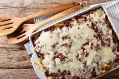 Crockpot ζυμαρικά εκατομμύριο δολαρίων με την κινηματογράφηση σε πρώτο πλάνο τυριών και βόειου κρέατος μέσα Στοκ Φωτογραφίες