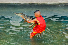 Crocodile avec l'enfant 2 Photographie stock libre de droits