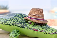 Crocodile gonflable avec Straw Hat images stock