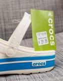Crocs закупоривает ботинки с ценой постоянного посетителя и выхода Стоковая Фотография RF