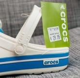 Crocs закупоривает ботинки с ценой постоянного посетителя и выхода Стоковое Фото