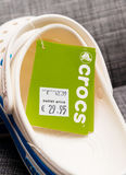 Crocs закупоривает хозяйственную сумку ботинок на серой предпосылке Стоковое Изображение