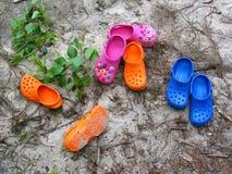 Crocs en la playa imagen de archivo