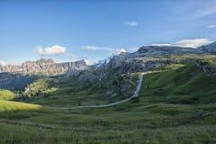 Croda da Lago和Lastoi de Formin山在夏天,与云彩,白云岩,威尼托,意大利的蓝天 免版税库存照片