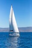Crogioli di nave di navigazione con le vele bianche nel mare Fotografia Stock