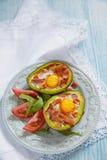 Crogioli di uovo dell'avocado con bacon Immagini Stock