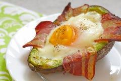 Crogioli di uovo dell'avocado con bacon Fotografia Stock Libera da Diritti