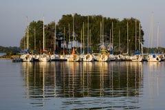 Crogioli di vela e randello messi in bacino dell'yacht Fotografie Stock Libere da Diritti