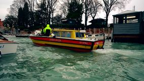 Crogiolo di ambulanza in canale di Venezia, Italia 4K archivi video