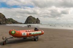 Crogiolo di battello pneumatico della guardia di vita della spiaggia di Auckland Immagine Stock Libera da Diritti