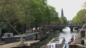 Crogiolo di canale a Amsterdam con inclinazione al westertoren stock footage