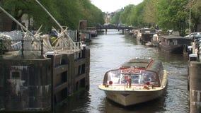 Crogiolo di canale a Amsterdam un giorno soleggiato video d archivio