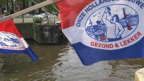 Crogiolo di canale dietro la bandiera olandese tipica archivi video