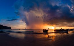 Crogiolo di coda lunga al tramonto sulla spiaggia del Ao Nang in Krabi Fotografie Stock